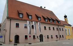 31-IMG_2957 (hemingwayfoto) Tags: bayern dach fahne gebude gotisch historisch kirche neustadt neustadtdonau rathaus turm wappen zwiebelturm