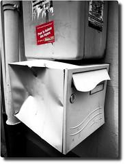 ... surtout dans cet tat ! (Jean-Luc Lopoldi) Tags: rouge sticker vandalism letterbox politique autocollant battered dented boteauxlettres extrmegauche cabosse knockedin