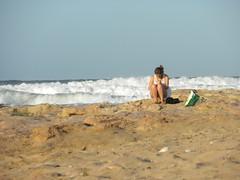 La mujer y el mar (Solamente Itan) Tags: costa mar mujer agua arena cielo bolsa olas roca safecreative1207252023453