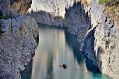 Canoa en desfiladero (Pedro Miguel Torrico) Tags: canoa piragua barca piraguismo aventura deporte montrebei desfiladero estrecho agua rio