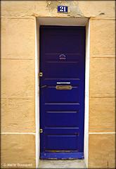 Porte bleue étroite au numéro 21 (bleumarie) Tags: fuji village 21 bleu porte mur roussillon façade ocre numéro catalogne pyrénéesorientales boîteauxlettres suddelafrance étroit thuir numéroderue numérodeporte porteétroite dwwg bleumarie mariebousquet photomariebousquet