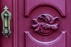 Knocker over pink wood (Ignacio M. Jimnez) Tags: aldaba knocker madera wood rosa pink puerta door islacristina huelva andalucia andalusia espaa spain