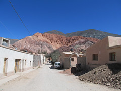 "Purmamarca et ses montagnes colorées <a style=""margin-left:10px; font-size:0.8em;"" href=""http://www.flickr.com/photos/127723101@N04/29114608736/"" target=""_blank"">@flickr</a>"