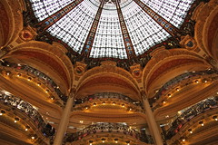 Galeries Lafayette - Paris (Francisco Arago) Tags: copyright paris france art arquitetura architecture shopping design francisco europa europe lafayette arch photographer arte interior details galeria perspective frana indoor stainedglass structure architectural stained artnouveau dome shoppingmall shops perspectiva galerieslafayette ponto cupula loja velho fotgrafo allrightsreserved compras vitrais vitral arcos detalhes cpula continente turistico estrutura uniao europeia aragao pontoturstico franca galeriaslafayette velhomundo cupula franciscoarago todososdireitosreservados cpuladeferdinandchanut