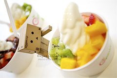 Danbo loves pinkberry! (Bayan AlSadiq) Tags: food fruits frozen strawberry eating chocolate landmark eat mango yogurt kiwi 2012 doha qatar danbo revoltech danboard