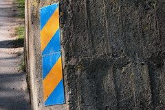 Revirmarkering (brandsvig) Tags: blue yellow concrete skne sweden stripes may sverige obstacle gul 2012 territory vg bl betong landskrona citadellet hinder revir rnder