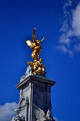 Anglų lietuvių žodynas. Žodis statued reiškia statula lietuviškai.