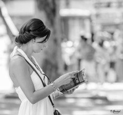 Almas extraas (Eibar10- Street photographer) Tags: candid d7000 madrid nikon nikond7000 street streetphoto monochrome blackandwhite blancoynegro portrait streetportrait