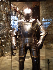 Royal Armouries, The Tower of London (photphobia) Tags: tower toweroflondon london castle castillo fortress uk oldwivestale cityoflondon royalarmouries museum suitofarmour whitetower indoor henryviiiarmour henryviii