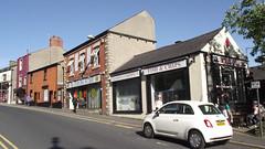 Castle Chippy, 51 Moor Lane, Clitheroe, Lancashire BB7 1BE (mrrobertwade (wadey)) Tags: wadeyphotos mrrobertwade robertwade lancashire clitheroe ribblevalley chip shop chippy fiat 500 car tanning