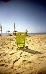 La sedia da spiaggia (Minchioletta) Tags: superheadzultrawideslim uws ultrawideslim kodakultramax400 analogicait c41 spiaggina sediapieghevole sediadaspiaggia foldingchair foldingbeachchair beachchair spiaggia beach sand sabbia mare sea sky cielo