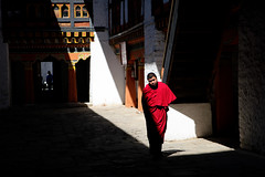 Lightness and darkness at Jakar Dzong (Lil [Kristen Elsby]) Tags: travel asia bhutan buddhist monk buddhism courtyard dzong topv3333 bumthang travelphotography jakar jakardzong chamkhar canon5dmarkii chamkharvalley jakaryugyaldzong