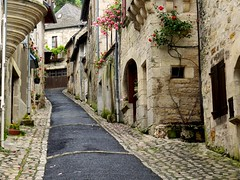 Turenne, il y a des rues qui montent ~ In Turenne,there're narrow streets climbing up (Michele*mp slowly catching up) Tags: street france streets stone geotagged europe village pavement stones pierre villages cobblestones pierres ruelle rue rues turenne corrze limousin narrowstreet pavements pavs pav lesplusbeauxvillagesdefrance michelemp geo:lat=4505454742482011 geo:lon=15826759432466133