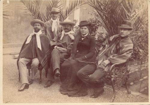 al centro Emil Koerner vestido de chileno y su esposa Matilde Junge Gable