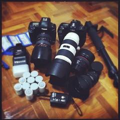 เตรียมอาวุธออกรบเสาร์-อาทิตย์นี้ กล้องสองตัว ขาตั้ง ฟิล์มสิบม้วน เมมโมรี่การ์ด แฟลช เลนส์ พร้อมออกสนามครับ :-) #hakotown #bangkok #soponphotography #pixelbx #photography