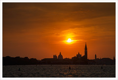 Dalle parti di Fulvio (Outlaw Pete 65) Tags: paesaggi landscapes tramonto sunset sole sun cielo sky nuvole clouds citta town edifici buildings mare sea acqua water nikond600 nikkor24120mm venezia veneto italia