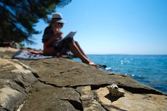 holiday feeling (Andreas669) Tags: muschel rab holiday beach reading sunhat shell adria meer kvarner sea stone samyang 12mm 20 frkanj kroatien croatia hrvatska mittelmeer mediterranean mediterran