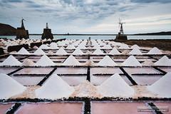 De paseo por las Salinas de Janubio - Lanzarote, Canarias (Andreas Weibel) Tags: imedia janubio fotografia landscape andreas cloudy saltfields saltfarm salt clouds salinas andreasweibel lanzarote paisaje photographer nubes imediafotocom nublado photography montculos fotografo islas canary andy canarias islands
