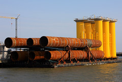 Barge ABJV4 with monopiles and system tower elements for offshore wind farm London Array (cuxclipper ) Tags: cuxhaven windenergie offshorewindfarm seetransport londonarray grndungsrohre widparkseatowage bargeabjv4 seatingtubes