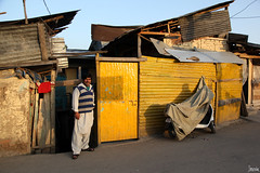 The Yellow House and his owner (_Spoutnik) Tags: india kashmir srinagar inde jammuandkashmir cachemire