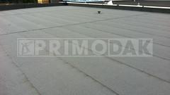 Dakdekker: Eindresultaat van een staaldak dat is voorzien van een dampremmer, laag steenwol isolatie, laag polystyreen isolatie, schroeflaag dakbedekking 460 P60 met daarop gebrand de toplaag 470 K24