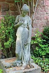 Kleine Frauenstatue mit Blumengesteck (S. Ruehlow) Tags: friedhof cemetery grave graveyard frankfurt tomb gravestone grab südfriedhof grabanlage südfriedhoffrankfurt