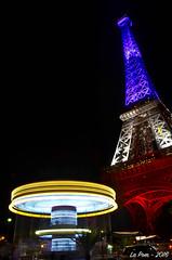 L'insouciance des enfants devient folle sous le poids de la menace terroriste. La tour Eiffel rend hommage aux victimes de Nice en s'habillant du drapeau tricolore (La Pom ) Tags: paris tour eiffel dame fer drapeau tricolore bleu blanc rouge nation hommage nice attentats victimes