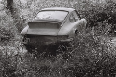 Porsche 901 (amakles) Tags: german germaniacs porsche 901 911 vintage classic bw black white abandoned film 35mm analog analogue zenit 11 helios 44m4 m42 fomapan 100 rusted lonely