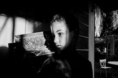 (iLana Bar) Tags: espelho sombra luz criana familia familiar lar intimidade cotidiano rosto