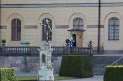 (frettir) Tags: sculpture bird sweden stockholm guard skulptur palace vakt fgel drottningholm slott
