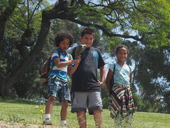 Ilia & Alton made a friend (Anika Malone) Tags: walking losangeles tour ilia bigparadela bigparadela2012