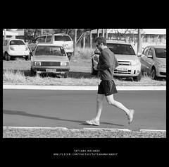 (Tai Machado) Tags: blackandwhite bw man cars sport pb carros socarlos runner homem esporte corrida pretoebranco correndo runing esportista carrosparados