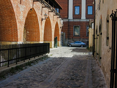 Rigas ghosts (Alexander Pugatschewski) Tags: the old town riga latvia sculpture bronze molding monument art city street masonry brick stone pavement cobblestone object travel tourism baltic states urban landscape cityscape window reflection car wall fence house castle