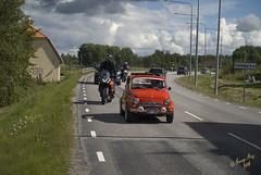 """St"" liten mini bil #8-1+2 (George The Photographer) Tags: turinge sdermanland sweden mlarenrunt lnsvg e3 gamlae3 folkfest byggnad fordon vg uppvisning motorfolk motorintresserade sammankomst veteranbil motorcykel mc puch people mini bil rd st se"