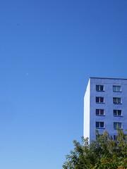Das Himmelblau. / 26.08.2016 (ben.kaden) Tags: berlin marzahn marthaarendseestrase blau himmelblau plattenbau 2016 26082016