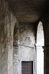 Luce del nord (S. Hemiolia) Tags: novellara rocca old vecchio door porta archi emilia gonzaga light shadows ombre luce