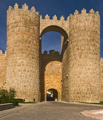 avila puerta de san vicente, en la muralla. (R.Duran) Tags: españa wall spain puerta nikon gate europa europe espagne muralla avila d300 sanvicente castillayleon 18200mmf3556gvr