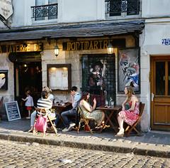 La Taverne de Montmartre (Metrix X) Tags: paris france mamiya film montmartre 400 portra