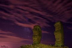 La Isla de las Columnas. (Vctor Pea (Fotografa ViAn)) Tags: abandoned night clouds stars nikon ruins towers ruinas nubes estrellas nocturna torres abandonado d3100