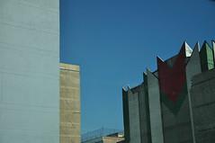 de nadie y para todos (abustaca) Tags: sky window azul buildings ventana pared gris rust centre edificio dirty oxido roofs amarillo cielo olvido muros tejas louver hueco techos mugre cemtro persioana