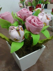 Encomenda Vasos de flores em tecido 100% algodã (Rossandra Nascimento) Tags: tulipas rosas vasos flordetecido cachepô tulipadetecido vasinhosdemdf lembrançatemajardim