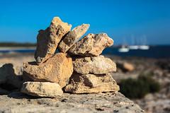 JUST THERE (Rober1000x) Tags: muro playa platja mar sea beach boats espana spain europe europa cala 2016 mallorca summer