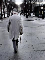 Eldre mann p Karl Johan (Bymiljetaten) Tags: eldre fotgjenger pensjonist pensjonister bruker folk menneske mennesker person personer karljohan