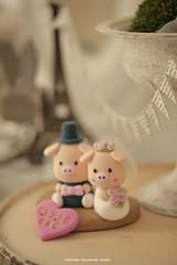piggy and piglet bride and groom wedding cake topper (charles fukuyama) Tags: wedding weddingcaketopper pig lovepig cute animalscaketopper handmadecaketopper customcaketopper initials ceremony claydoll sculpted kikuike gift bridalhair bridalbouquet