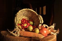 Feliz domingo de la virgen con las tradicionales frutas de otoño (Micheo) Tags: spain bodegón stilllife fruta fruit luz cesta basket bowl cesto azofaifas acerolas otoño autumn fall maiz panochas cotufas granada cob