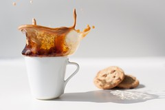 coffee & cookies (dongga BS) Tags: coffee drops keks kaffee splash highspeed spritzen