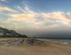 La playa vacía, aún es pronto, está despuntando el alba (Carlos Javier Pérez) Tags: amanecer playa hamacas nubes cádiz atlanterra andalucía olas arena iphone6s snapseed