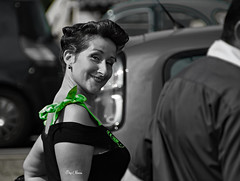 la dame au ruban - the lady with the tape (serial n N6MAA10816) Tags: desaturation femme lady rue street vert green car voiture nb bw