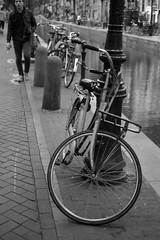 Bike at canal in Amsterdam 29 (Amselchen) Tags: mono bicycle bw amsterdam city canal fuji fujifilm fujinon xe1 xf35mmf14 r2 bokeh dof depthoffield