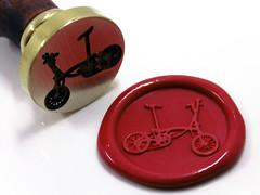 Sello de lacre Bicicleta Brompton (www.omellagrabados.com) Tags: sello seal sceau segell sellodelacre cachet cire wax waxseal lacre engraving grabados gravures personnalis custom carta lettre letter design decorativo ornament bicicleta brompton